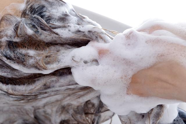 フケが出る原因と対策方法について。フケに関する頭皮のトラブル改善、ヘアケア記事の説明用画像