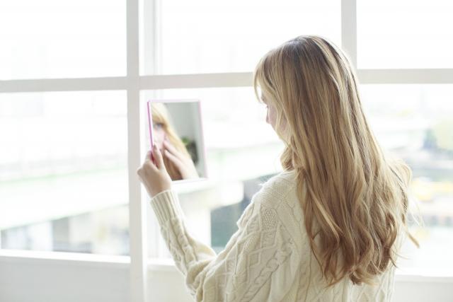 顔ニキビ対策に髪がつかないヘアスタイルの記事のアイキャッチ用画像