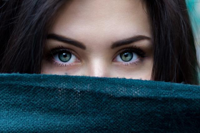 髪のボリュームが少なく見える原因と分け目の変え方の記事のアイキャッチ用画像